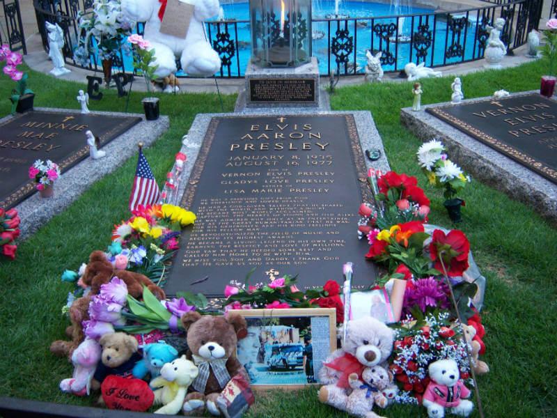 Nation's Conspiracy Theorists Mourn Recent Death of ElvisPresley